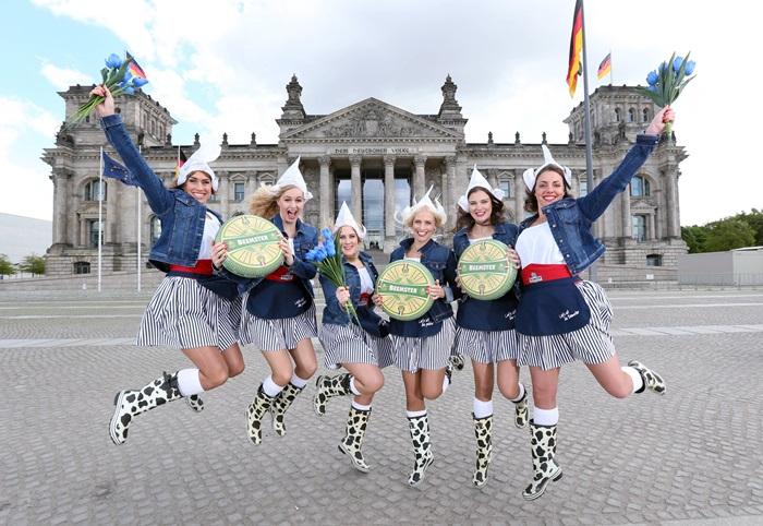 Holländische Käsemädchen bringen Käse nach Berlin