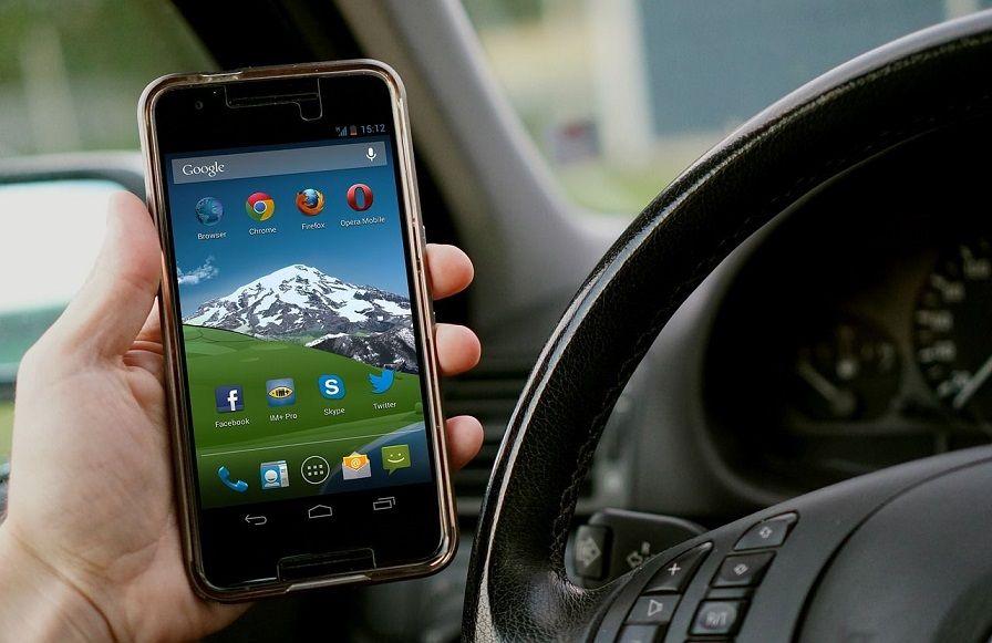 Hogere boetes in Duitsland voor smartphonegebruik achter het stuur