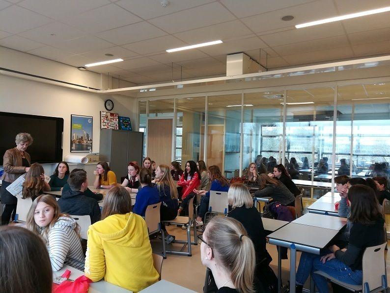 Nederlandse en Duitse scholieren proeven van elkaars taal en cultuur tijdens uitwisseling