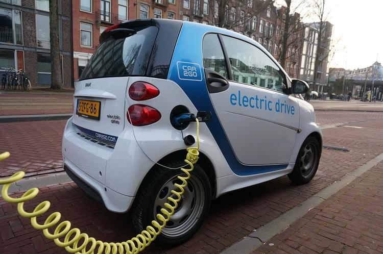 Innovative Elektroautoladestationen in Amsterdam installiert