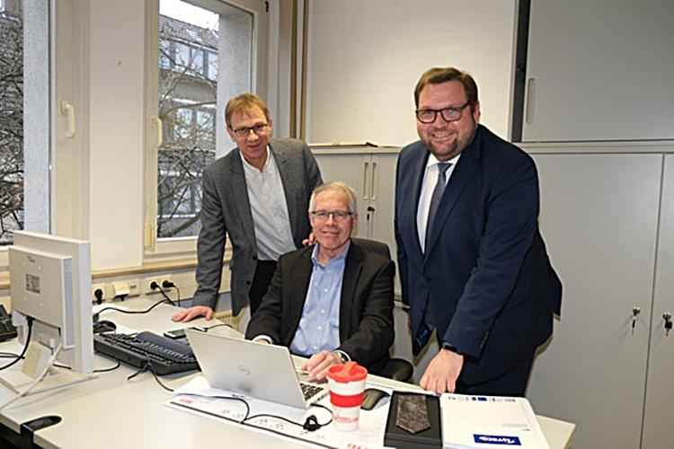 Mitarbeiter der Stadt Venlo arbeitet im Krefelder Rathaus