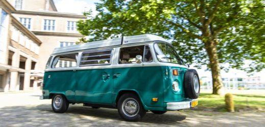 Een VW-bus als 'stembus': DIA-Wahlwagen brengt Duitse verkiezingen naar scholen