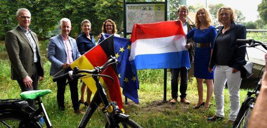 Fietsknooppuntennetwerken Noord-Duitsland en Groningen met elkaar verbonden