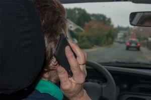 Die Nutzung eines Mobiltelefons während der Fahrt stellt ein großes Unfallrisiko dar. Foto: Bernd Kasper / pixelio.de