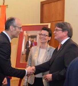 Freddy Heinzel (rechts met echtgenote Sandra) heet de consul-generaal van Nederland in Düsseldorf, Ton Lansink, welkom