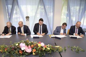 Mit den Unterschriften wurde die Zusammenarbeit offiziell. Foto: Marcel van Hoorn.